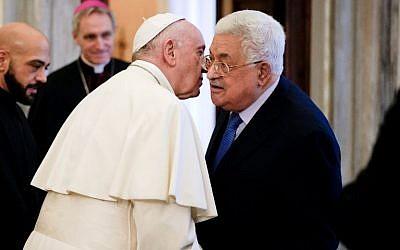 El Papa Francisco (L) habla con el Presidente de la Autoridad Palestina, Mahmoud Abbas, al final de una audiencia privada en el Vaticano, el 3 de diciembre de 2018. (Foto de Andrew Medichini / POOL / AFP)