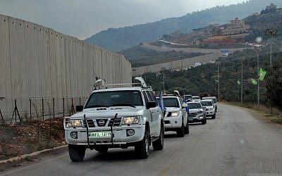 El 4 de diciembre de 2018 (Ali Dia / AFP), los vehículos de la policía militar de las Fuerzas Provisionales de las Naciones Unidas en el Líbano (FPNUL) cruzaron una barrera de separación de concreto entre la aldea libanesa del sur de Kfar Kila e Israel, en la frontera entre los dos países.