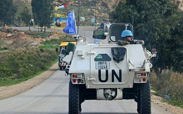 Un vehículo blindado de la Fuerza Provisional de las Naciones Unidas en el Líbano (FPNUL) patrulla a lo largo de la frontera con Israel cerca del pueblo libanés de Kfar Kila, el 4 de diciembre de 2018. (Mahmoud Zayyat / AFP)