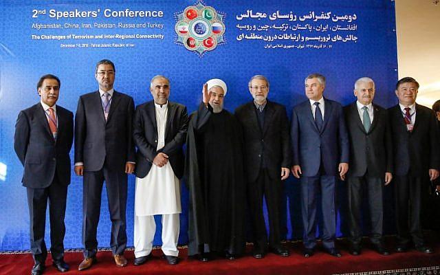 El presidente iraní, Hassan Rouhani (centro), gesticula en una foto de grupo con Abdul Rauf Ibrahimi (segundo a la izquierda), el presidente del Parlamento afgano, Asad Qaiser (tercero a la izquierda), el presidente de la Asamblea Nacional de Pakistán, Chen Zhu (derecha), vicepresidente del Comité Permanente de China Congreso Popular Binali Yildirim (2da derecha), presidente de la Gran Asamblea Nacional de Turquía; y Ali Larijani (4º a la derecha), presidente del Parlamento iraní, durante la 2ª Conferencia de Oradores en Teherán, Irán, el 8 de diciembre de 2018. (AFP)