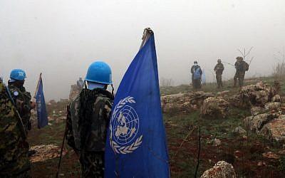 Soldados israelíes y de las Fuerzas Provisionales de las Naciones Unidas en el Líbano (FPNUL) se reunieron en el lado israelí de la frontera entre los dos países, en una fotografía tomada desde el pueblo de Meiss al-Jabal, sur de Líbano, el 9 de diciembre de 2018. (Ali DIA / AFP)
