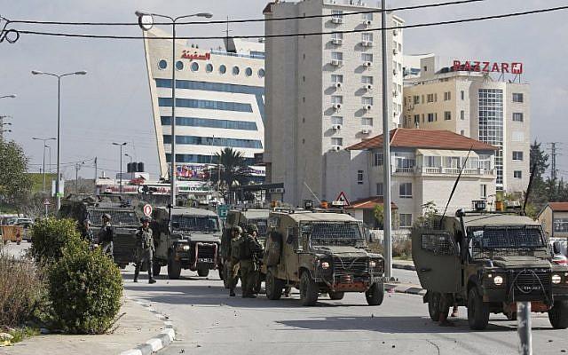 Los soldados israelíes se despliegan durante los enfrentamientos en la ciudad de Ramallah luego de una redada el 10 de diciembre de 2018, un día después de un ataque con disparos desde un vehículo junto a un poblado en el que resultaron heridos muchos israelíes. (ABBAS MOMANI / AFP)