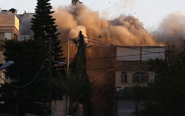 El humo sale de una casa que pertenece a un palestino acusado de matar a un soldado israelí, Ramallah, 15 de diciembre de 2018 (foto de ABBAS MOMANI / AFP)