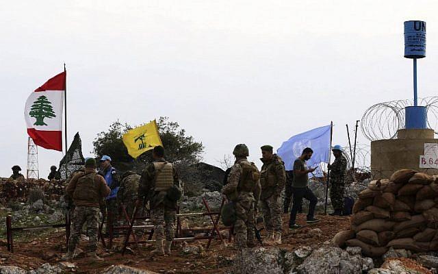 Una fotografía tomada desde la aldea sur de Líbano, Meiss al-Jabal, el 16 de diciembre de 2018, muestra a soldados israelíes observando a los soldados de las Fuerzas Provisionales de las Naciones Unidas en el Líbano (UNIFIL) hablar con soldados libaneses frente a una bandera de Hezbollah. (Mahmoud ZAYYAT / AFP)