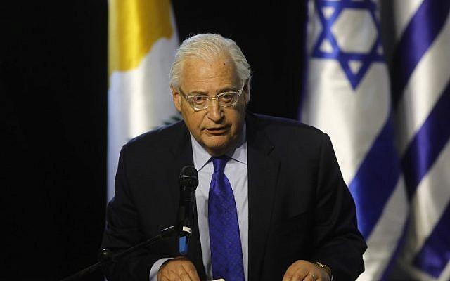 El embajador de Estados Unidos en Israel, David Friedman, pronunció un discurso durante la quinta cumbre Israel-Grecia-Chipre a la que asistieron el primer ministro israelí, el presidente chipriota y el primer ministro griego, en Beersheba, Israel, el 20 de diciembre de 2018. (Menahem Kahana / AFP)