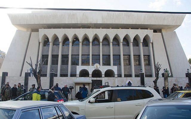 La embajada de los Emiratos Árabes Unidos aparece en la capital siria, Damasco, el 27 de diciembre de 2018, después de su reapertura, la última señal de los esfuerzos para que el gobierno sirio regrese al redil árabe. (Foto por AFP)