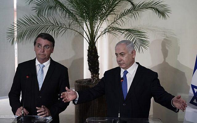El primer ministro Benjamin Netanyahu (R) y el presidente electo de Brasil, Jair Bolsonaro, dan una conferencia de prensa después de celebrar una reunión en el fuerte de Copacabana en Río de Janeiro, Brasil, el 28 de diciembre de 2018. (Foto de Leo CORREA / POOL / AFP)