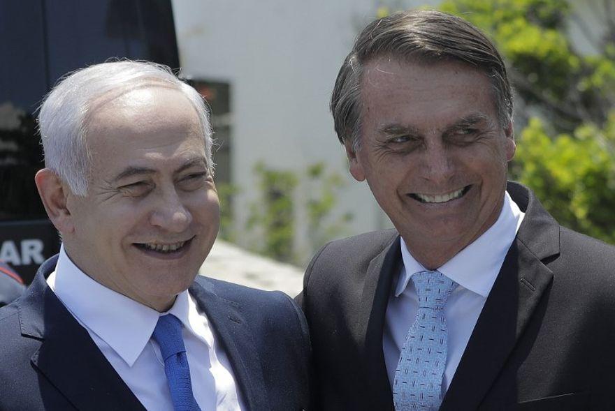 El 28 de diciembre de 2018, el presidente electo de Brasil, Jair Bolsonaro, recibe al primer ministro Benjamin Netanyahu (L) en la fortaleza de Copacabana en Río de Janeiro, Brasil. (Foto de Leo CORREA / POOL / AFP)