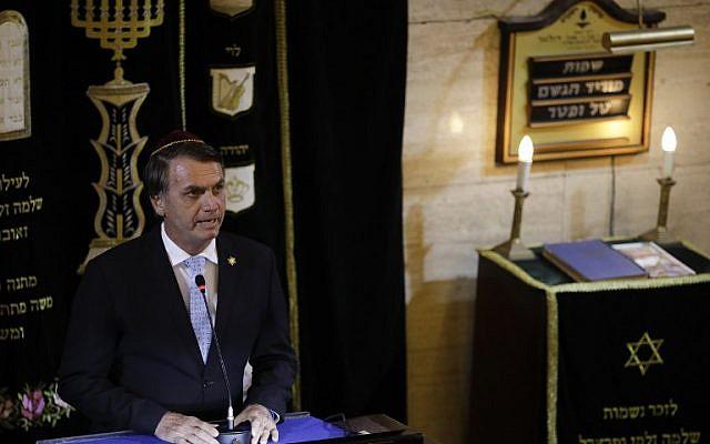 El presidente electo de Brasil, Jair Bolsonaro, pronunció un discurso en una sinagoga en el barrio de Copacabana, Río de Janeiro, durante la visita del primer ministro israelí, Benjamin Netanyahu, a Brasil, el 28 de diciembre de 2018. (Foto de Leo CORREA / POOL / AFP)