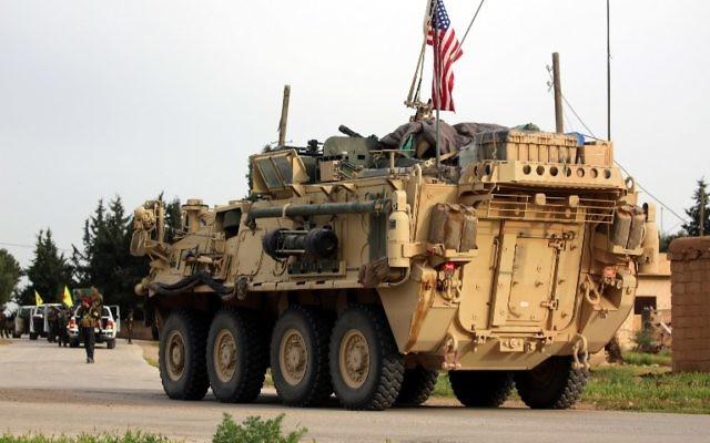 Ilustrativo: las fuerzas estadounidenses, acompañadas por combatientes de las Unidades de Protección del Pueblo Kurdo (YPG), conducen sus vehículos blindados cerca del pueblo sirio de Darbasiyah, en la frontera con Turquía el 28 de abril de 2017. (AFP Photo / Delil Souleiman)