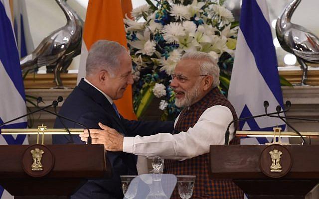 El primer ministro indio, Narendra Modi, abraza al primer ministro Benjamin Netanyahu durante una conferencia de prensa en la Casa Hyderabad en Nueva Delhi el 15 de enero de 2018. (AFP PHOTO / MONEY SHARMA)