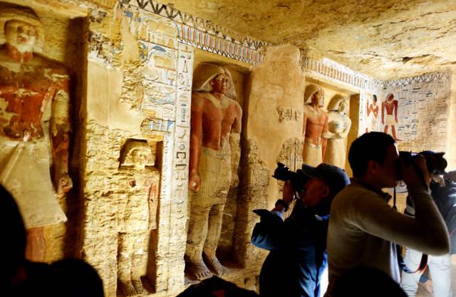 """Tumba descubierta del sacerdote real durante el reinado del rey Nefer Ir-Ka-Re, llamado """"Wahtye"""", en el sitio de la pirámide escalonada de Saqqara, en Giza, Egipto, el 15 de diciembre de 2018. Amr Nabil / AP"""