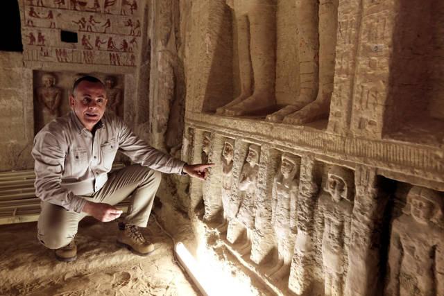 Mostafa Waziri, secretaria general del Consejo Supremo de Antigüedades, en el interior de la tumba recientemente descubierta en el sitio de la pirámide escalonada de Saqqara, en Giza, Egipto, el 15 de diciembre de 2018. Amr Nabil / AP