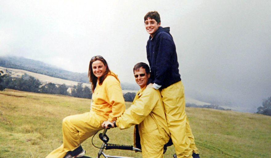 Foto de archivo: Asaf, Ilan y Rona Ramon en unas vacaciones en Hawai, 2002. AFP