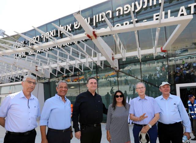 Foto de archivo: Rona Ramon con el Ministro de Transporte, Yisrael Katz, durante la inauguración del Aeropuerto Internacional Ramon en el sur de Israel, el 17 de julio de 2018. Sivan Farag