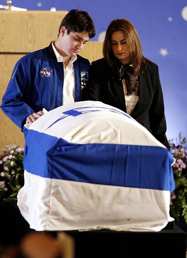 Foto de archivo: Rona y Asaf Ramon durante un servicio conmemorativo para el primer astronauta de Israel, Ilan Ramon, en el Aeropuerto Internacional Ben-Gurion, el 10 de febrero de 2003. (Paul Hanna / AP)