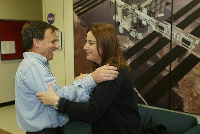 Foto del archivo: el astronauta israelí Ilan Ramon con su esposa Rona después de una conferencia de prensa del equipo del transbordador espacial en el Centro Espacial Johnson en Houston, el 3 de enero de 2003. (Richard Carson / Reuters)