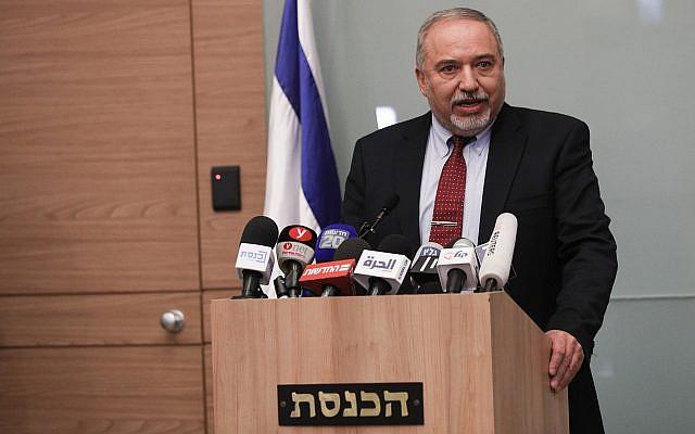 Avigdor Liberman anuncia su renuncia a la cartera de la defensa durante una conferencia de prensa en Jerusalén, el 14 de noviembre de 2018 (Yonatan Sindel / FLASH90)