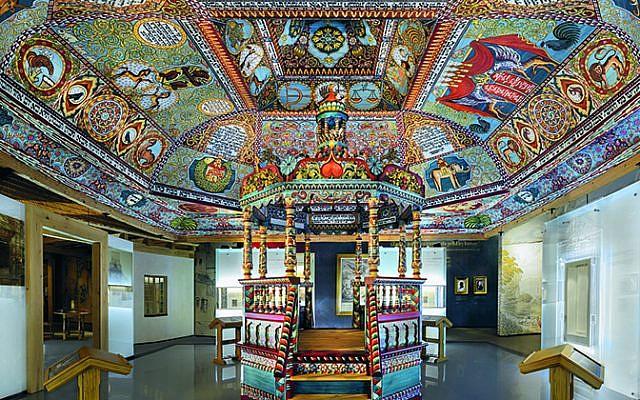 """La estructura del techo de la sinagoga Gwoździec, pinturas en el techo y bimah instaladas en la galería """"El pueblo judío"""" del Museo POLIN de la historia de los judíos polacos. (Magda Starowieyska)"""