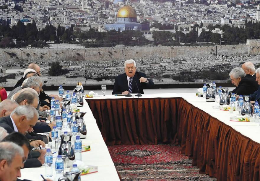 El presidente de la Autoridad Palestina, Mahmoud Abbas, habla en una reunión en Ramallah el 19 de marzo de 2018. (Crédito de la foto: PPO)