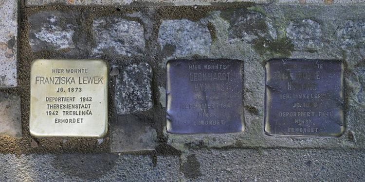 Italia: Indignación tras el robo de placas en honor a los judíos deportados durante el Holocausto