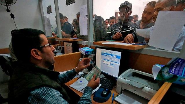 Distribución de dinero qatarí en el Banco Postal de Gaza (Foto: AFP)
