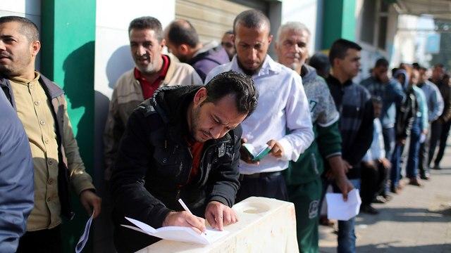 Funcionarios de Hamas en línea para recibir pagos (Foto: Reuters)