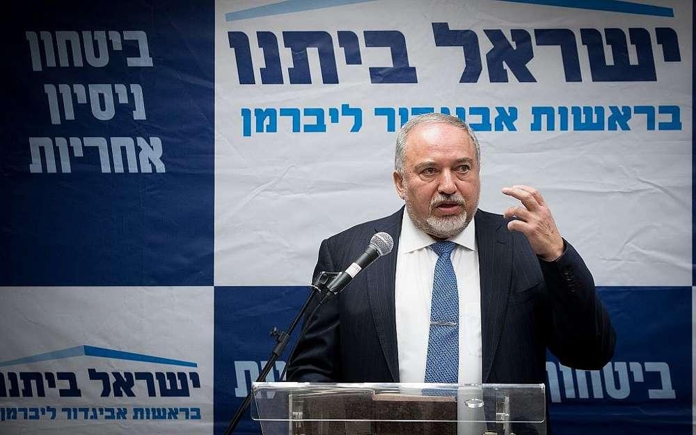 El líder del partido Yisrael Beytenu, Avigdor Liberman, encabeza una reunión de facción en la Knesset el 10 de diciembre de 2018. (Yonatan Sindel / Flash 90)