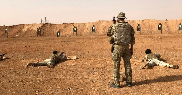 Los miembros del grupo de oposición sirio Maghawir al-Thawra reciben entrenamiento con armas de fuego de los soldados de las Fuerzas Especiales del Ejército de los EE. UU. En el puesto militar de Al Tanf en el sur de Siria el lunes 22 de octubre de 2018. (Lolita Baldor / AP)