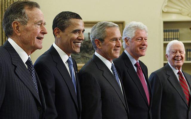 En esta foto de archivo del 7 de enero de 2009, el presidente George W. Bush, centro, posa con el presidente electo Barack Obama, segundo a la izquierda, y los ex presidentes, George HW Bush, a la izquierda, Bill Clinton, segundo a la derecha y Jimmy Carter, derecha, en la Oficina Oval de la Casa Blanca en Washington (AP Photo / J. Scott Applewhite, archivo)