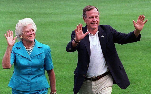 En esta foto de archivo del 24 de agosto de 1992, el presidente George HW Bush y la primera dama Barbara Bush caminan con su perro Millie a través de South Lawn cuando regresan a la Casa Blanca (Foto AP / Scott Applewhite, archivo)