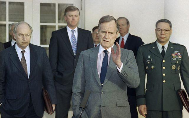 En esta foto de archivo del 11 de febrero de 1991, el presidente George HW Bush habla con reporteros en el Jardín de Rosas de la Casa Blanca después de reunirse con los principales asesores militares para hablar sobre la Guerra del Golfo Pérsico.De izquierda a derecha, el secretario de Defensa Dick Cheney, el vicepresidente Dan Quayle, el jefe de personal de la Casa Blanca, John Sununu, el presidente, el secretario de Estado James A. Baker III y el presidente del Estado Mayor Conjunto, general Colin Powell (Foto AP / Ron Edmonds, archivo )