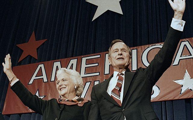 En esta foto de archivo del 8 de noviembre de 1988, el presidente electo George HW Bush y su esposa Barbara saludan a los partidarios en Houston, Texas, después de ganar las elecciones presidenciales (Foto AP / Scott Applewhite, archivo)