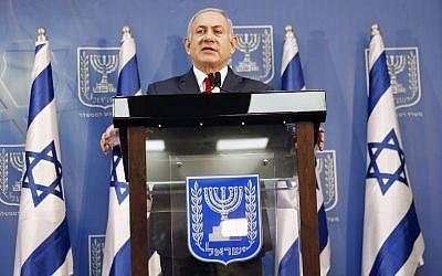 El primer ministro israelí, Benjamin Netanyahu, realiza una declaración en Tel Aviv, el 18 de noviembre de 2018. Netanyahu dice que asumirá temporalmente el cargo de ministro de defensa, a medida que se avecinan las elecciones anticipadas. (Foto AP / Ariel Schalit)