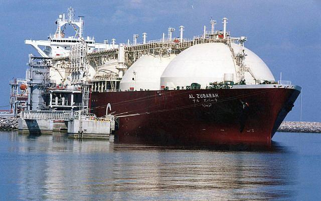 Esta foto de archivo sin fecha muestra un buque cisterna de gas natural licuado (GNL) de Qatar que se está cargando con GNL en el puerto marítimo de Raslaffans, en el norte de Qatar. (Foto AP, Archivo)