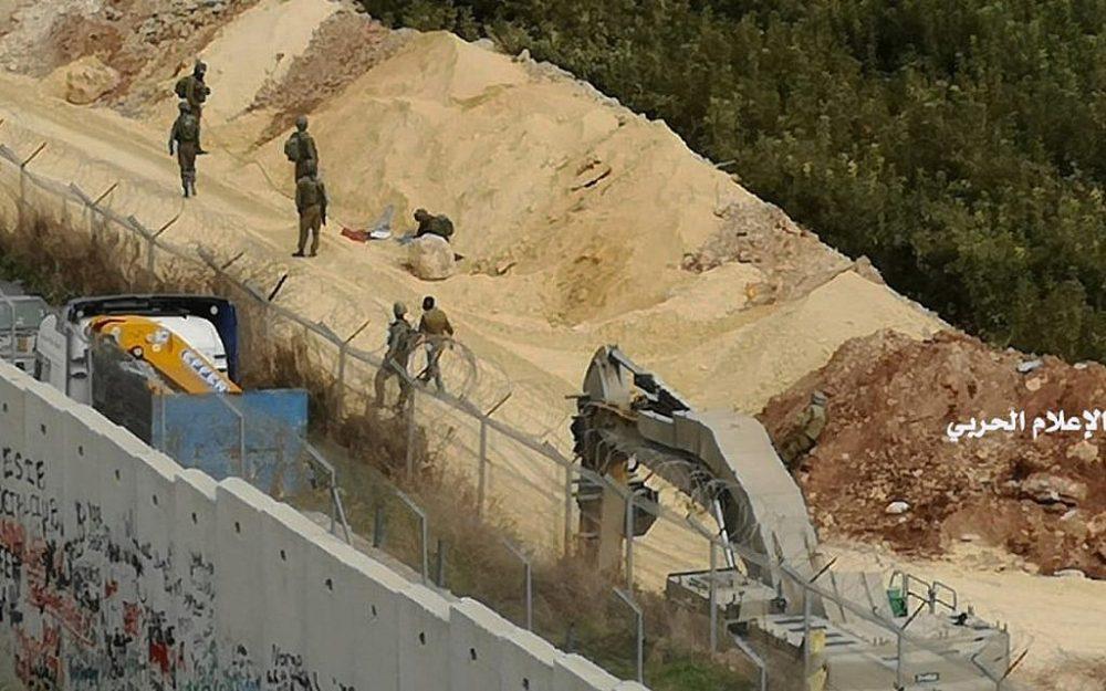 En esta foto publicada por Hezbollah Central Military Media, excavadores militares israelíes trabajan en la frontera entre el Líbano e Israel junto a un muro que fue construido por Israel en la aldea sur de Kafr Kila, Líbano, el martes, diciembre. 4, 2018. (Medios militares de Hezbolá a través de AP)