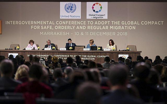 El secretario general de la ONU, Antonio Guterres, segundo a la izquierda, y el ministro de Asuntos Exteriores y Cooperación Internacional de Marruecos, Nasser Bourita, presiden la sesión de apertura de la Conferencia de Migración de la ONU en Marrakech, Marruecos, 10 de diciembre de 2018. (Mosa'ab Elshamy / AP)