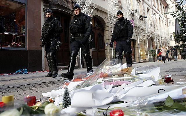 Policías franceses patrullan las calles de Estrasburgo, Francia, el 13 de diciembre de 2018, dos días después de un ataque terrorista mortal en la ciudad. (Foto AP / Christophe Ena)