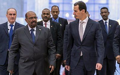 En esta foto publicada por la agencia de noticias oficial siria SANA, el presidente sirio Bashar Assad, a la izquierda, se reúne con el presidente de Sudán, Omar al-Bashir, en Damasco, Siria, el domingo 16 de diciembre de 2018 en Damasco. (SANA via AP)
