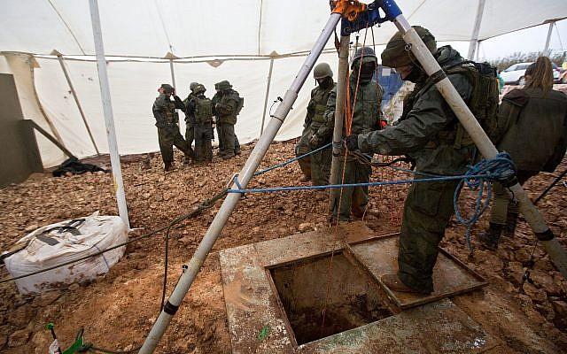 Los soldados israelíes están parados alrededor de la apertura de un agujero que conduce a un túnel que el ejército dice que fue excavado por el grupo terrorista Hezbollah a través de la frontera entre Israel y el Líbano, cerca de Metula, el 19 de diciembre de 2018. (AP Photo / Sebastian Scheiner)