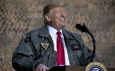 El presidente de los Estados Unidos, Donald Trump, habla en un mitin en la base aérea de Al Asad, Irak, el 26 de diciembre de 2018. (Foto de AP / Andrew Harnik)