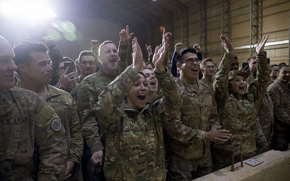 Miembros del ejército aplauden mientras el presidente de los Estados Unidos, Donald Trump, habla en un mitin en la base aérea de Al Asad, Irak, el 26 de diciembre de 2018. (Foto de AP / Andrew Harnik)