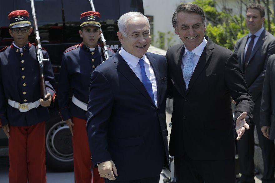 El primer ministro israelí, Benjamin Netanyahu, a la izquierda, es recibido por el presidente electo de Brasil, Jair Bolsonaro, en la base militar Fort Copacabana, en Río de Janeiro, Brasil, el viernes 28 de diciembre de 2018. (Leo Correa / Foto de grupo a través de AP)