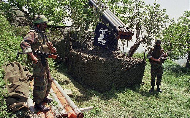 Dos combatientes de Hezbolá se colocan cerca de los cohetes Katyusha en la aldea sureña de Ein Qana, Líbano, abril de 1996. (AP / Mohammed Zaatari)