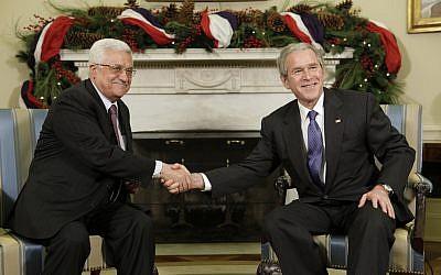 El presidente de los Estados Unidos, George W. Bush, a la derecha, se reúne con el presidente de la Autoridad Palestina, Mahmoud Abbas, en la Oficina Oval de la Casa Blanca el 19 de diciembre de 2008. (Foto AP / Evan Vucci)