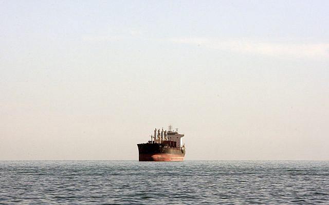 Ilustrativo: un barco de carga se ve entre el puerto de la ciudad iraní de Bandar Abbas y la isla Qeshm en el camino estratégico de agua del Golfo Pérsico, el 23 de diciembre de 2011. (AP Photo / Vahid Salemi)