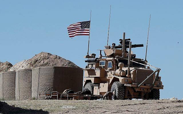 Un soldado estadounidense se sienta en un vehículo blindado en una posición recién instalada en Manbij, norte de Siria, el 4 de abril de 2018. (Hussein Malla / AP)