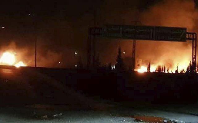 Ilustrativo: esta foto publicada el miércoles 9 de mayo de 2018 por la agencia de noticias oficial siria SANA, muestra llamas en aumento después de un ataque en un área que se sabe tiene numerosas bases militares del ejército sirio, en Kisweh, al sur de Damasco. (SANA via AP)