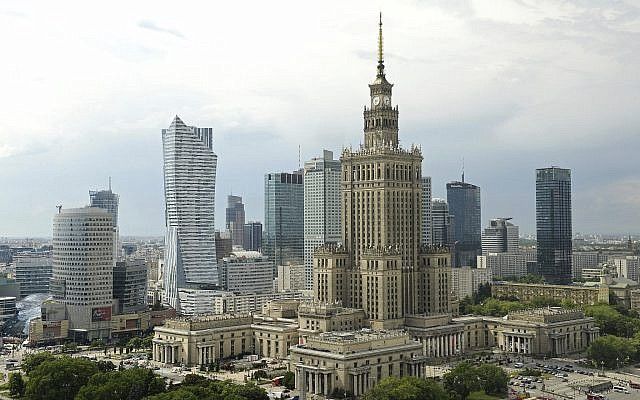 En esta foto del 25 de mayo de 2018, el Palacio de la Cultura y la Ciencia de la era comunista, en primer plano, es uno de los muchos rascacielos en el horizonte de la ciudad, en Varsovia, Polonia (AP Photo / Alik Keplicz)