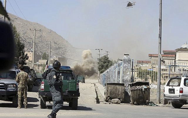 Un helicóptero militar MD 530F se dirige a una casa donde los atacantes se esconden en Kabul, Afganistán, el 21 de agosto de 2018. (AP Photo / Rahmat Gul)